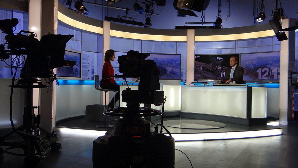 Photographie d'une émission de Journal télévisé.